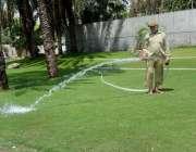 فیصل آباد: پی ایچ اے اہلکار کلب روڈ گرین بیلٹ پر پانی لگا رہاہے۔