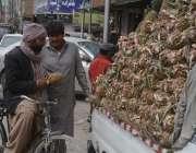کوئٹہ: شہری سڑک کنارے لگے سٹال سے پائن ایپل خرید رہا ہے۔