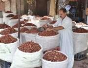 فیصل آباد: دکاندار نے گاہکوں کو متوجہ کرنے کے لیے مصالہ جات سجا رکھے ..