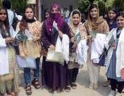 لاہور: میو ہسپتال میں کشمیریوں سے اظہار یکجہتی کے لئے واک میں شریک ماں ..