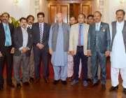 لاہور: گورنر پنجاب چوہدری محمد سرور سے پاکستان جرنلسٹ ایوسی ایشن کے ..