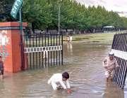 گلگت: بچے بارش کے جمع شدہ پانی میں کھیل رہے ہیں۔
