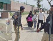 لاہور: غیر ملکی باشندے کوٹ لکھپت جیل میں ملاقات کے بعد واپس جا رہے ہیں۔