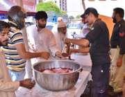 کراچی: پولیس اہلکار گرمی کے پیش نظر شہریوں کو ٹھنڈا مشروب پلا رہے ہیں۔