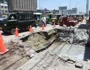 پشاور: مین جی ٹی روڈ پر جاری تعمیراتی کام کا منظر۔