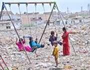 حیدر آباد: خانہ بدوش بچے جھلوں سے لطف اندوز ہو رہے ہیں۔