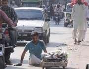 راولپنڈی: معذورشخص گھر کی کفالت کیلئے ہتھ ریڑھی پر مختلف اشیاء کے فروخت ..