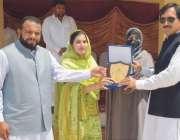پشاور: اسسٹنٹ ڈائریکٹر سپورٹس فی میل نازیہ ذکی ڈپٹی کمشنر ضلع خیبرمحمود ..