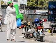 راولپنڈی: محنت کش مری روڈ پر ٹوپیاں فروخت کررہا ہے۔