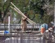 پشاور: مزدور ایک عمارت کے تعمیراتی کام میں مصروف ہیں۔