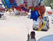 اسلام آباد: محنت کش بچہ گھر کی کفالت کے لیے گیس بھرے کھلونے فروخت کررہا ..