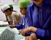 راولپنڈی: ماہ صیام کے موقع پر بچے قرآن مجید کی تلاوت کر رہے ہیں۔