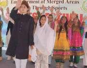 پشاور: قبائلی اضلاع گیمز میں خواتین مقابلوں کے افتتاح کے موقع پر طالبات ..
