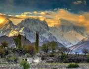 گلگت: پہاڑوں پر پڑتی ہوئی سورج کی روشنی خوبصورت منظر پیش کررہی ہے۔