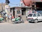 راولپنڈی: صادق آباد ٹریفک چوکی کے باہر ریسکیو اہلکار موٹر سائیکل لگائے ..
