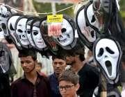 راولپنڈی: دکاندار نے گاہکوں کو متوجہ کرنے کے لیے مختلف اقسام کے ماسک ..
