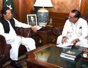 کراچی: وزیر اعظم عمران خان سے گورنر سندھ عمران اسماعیل ملاقات کر رہے ..