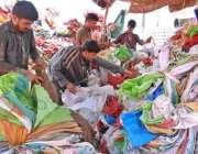 اسلام آباد: مزدور پلاسٹک کے خالی تھیلے چھانٹی کرنے میں مصروف ہیں۔