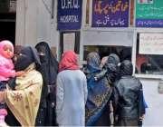 راولپنڈی: ڈی ایچ کیو میں مناسب سہولیات نہ ہونے کے باعث خواتین پرچی کے ..