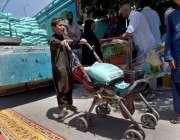 راولپنڈی: شہری رمضان سستا بازار سے آٹا خرید رہے ہیں۔