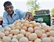 اسلام آباد: وفاقی دارالحکومت میں سڑک کے کنارے ایک شخص انڈے فروخت کر ..