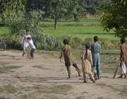 ملتان: گاؤں بستی لوڈن کے ایک باغ میں کرکٹ کھیلنے والے بچوں کا ایک گروپ۔