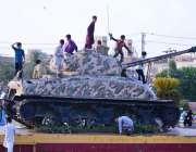 حیدر آباد: مقامی پارک میں رکھے گئے ٹینک کے ماڈل پر بچے کھیل کود رہے ہیں۔