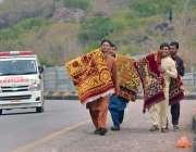 اسلام آباد: محنت کش پھیری لگا کر قالین فروخت کررہے ہیں۔