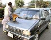 فیصل آباد: مداری ٹریفک سگنل پر کھڑی گاڑیوں سے بھیک مانگ رہا ہے۔
