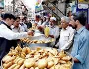 راولپنڈی: وفاقی وزیر ریلوے شیخ رشید احمد بازار سے افطاری کا سامان خرید ..