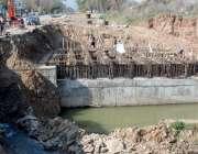 اسلام آباد: مزدور امبیسی روڈ کے تعمیراتی کام میں مصروف ہیں۔