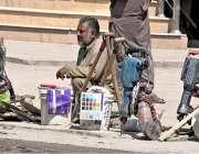 راولپنڈی: مزدور اڈے پر کام کے انتظار میں بیٹھے ہیں۔