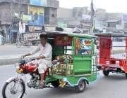 لاہور: چگنچی سوار ایک دوسری چنگچی کو کھینچے لیجا رہا ہے۔