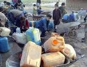 راولپنڈی: پانی کی قلت کے باعث شہری واٹر فلٹریشن پلانٹ سے پینے کے لیے ..