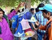 حیدر آباد: نوجوان محنت کش طوطے فروخت کررہا ہے۔