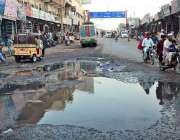 حیدر آباد: مارکیٹ روڈ پر سیوریج کا پانی جمع ہے جس کے باعث گزنے والوں ..