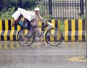 لاہور: صوبائی دارالحکومت میں ہونے والی موسلا دھار بارش کے دوران ایک ..