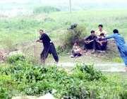 راولپنڈی: پیر ودھائے کے علاقہ میں نوجوان کرکٹ کھیلنے میں مصروف ہیں۔