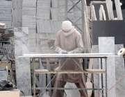 راولپنڈی: مزدور پتھر کاٹنے میں مصروف ہیں۔