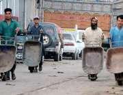 راولپنڈی: فروٹ منڈی میں محنت کش مزدوری کے لیے آ رہے ہیں۔