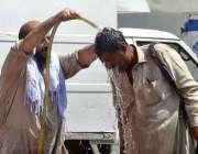 راولپنڈی: شہری گرمی کی شدت کم کرنے کے لیے نہارہا ہے۔