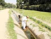 لاہور: پی ایچ اے کے ملازمین جیلانی پارک میں کھالے کی صفائی کر رہے ہیں۔