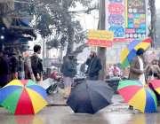 سرگودھا: محنت کش چھتریاں فروخت کررہا ہے۔