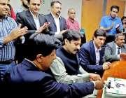 لاہور:وزیر کھیل پنجاب رائے تیمور خان بھٹی ارفع کریم ٹاور میں کیک کاٹ ..