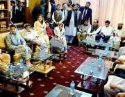 کوئٹہ: مریم نواز کوئٹہ پہنچنے پر پارٹی رہنماؤں کے ساتھ میٹنگ کر رہی ..
