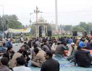 لاہور: پنجاب لینڈ ریکارڈ اتھارٹی کے ملازمین اپنے مطالبات کے حق میں ..