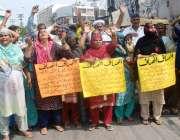 لاہور: بادامی باغ کے رہائشی اپنے مطالبات کے حق میں احتجاج کررہے ہیں۔