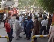 لاہور: مال روڈپر واقع الفلاح بلڈنگ میں آگ لگنے کے بعد لوگ باہر جمع ہیں۔