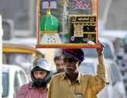 راولپنڈی: محنت کش خانہ کعبہ کا ماڈل اٹھائے منزل کی جانب رواں دواں ہے۔