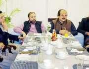 لاہور: مشیر وزیر اعلیٰ پنجاب محمد اکرم چوہدری پی ٹی آئی کے سینئر کارکنان ..
